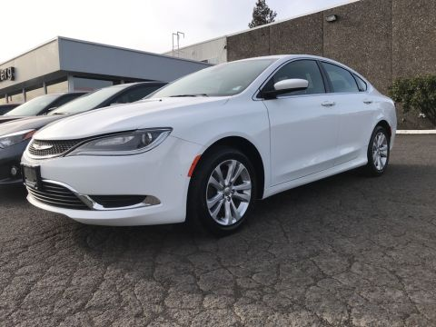 Pre-Owned 2016 Chrysler 200 Limited Clean Carfax, Navigation, Back Up Camera!